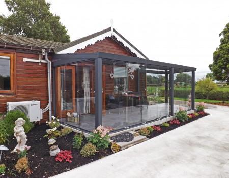 Batist veranda met glazen schuifwand